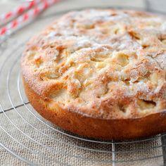 Découvrez la recette Gâteau aux pommes moelleux et ultra rapide sur cuisineactuelle. Summer Dessert Recipes, Fruit Recipes, Apple Recipes, Sweet Recipes, Cake Recipes, Cooking Recipes, Apple Cake, Round Cakes, Sweet Tooth