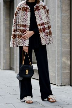 More on www.offwhiteswan.com Short Multicolor Bouclé Jacket by Benetton, Black Turtleneck Shirt by COS, Wide-Leg Pants with Stripe, Small Black Chloé Drew Bag, Sunglasses by Tom Ford, Cognac Fur Flat Sandals by Longchamp, Prefall, Trend2016, Autumn/Winter, Streetstyle Munich, Fashionblogger #offwhiteswan #swantjesoemmer