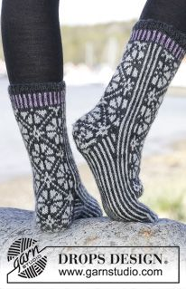 """Starry Night Socks - Knitted DROPS socks with Nordic pattern in """"Karisma"""". - Free pattern by DROPS Design Knitted Mittens Pattern, Knitting Patterns Free, Knitting Socks, Crochet Patterns, Free Knitting, Free Pattern, Drops Design, Magazine Drops, Knit Shoes"""
