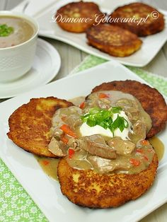 Składniki na 5-6 porcji: Placki ziemniaczane: 1 kg ziemniaków 1 duża cebula 3-4 łyżki mąki pszennej 2 jajka sól, pieprz...