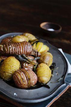 Aardappel lovers opgelet: deze variant is het perfecte huwelijk tussen een gekookte en gebakken pieper. Zacht van binnen en crispy van buiten. Snijd ze in en tijdens het bakken ontpoppen ze zich vanzelf tot prachtige kleine waaiers. Gebruik voor dit recept het liefst ovale aardappels, eventueel nieuwe of roseval. Vermijd kruimige soorten, want deze kunnen tijdens […]