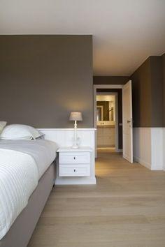 Déco de chambre taupe et blanc pour une ambiance zen dans un style épuré. La peinture taupe, couleur oh combien sereine est mise en contrast...