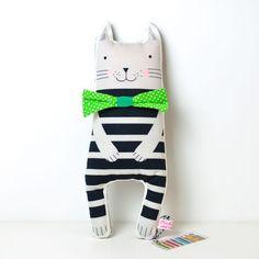 Diese Softie Spielzeugkatze mit einem Spaß schwarz und grau gestreiftes Muster und ein dapper Fliege gekleidet. Er verspricht, viel mit den Kindern spielen, und es ist eine große Bereicherung für...