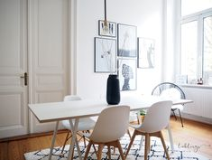 Esszimmer einrichten auf 15 Quadratmetern: Mit Fokus auf zwei Grundfarben (Schwarz und Weiß). Mit auf dem Bild: Hay Loop Stand Table, Eames Replika, H&M Home, WestwingNow, House Doctor. House Doctor, Hay Design, Frames On Wall, Modern Interior, New Homes, Dining Table, House Design, Living Room, Furniture