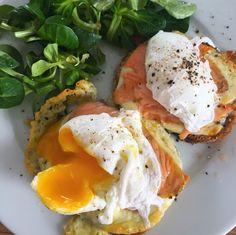 Am pregatit micul dejun: oua romanesti pe paine coapta, cu somon si mozzarella