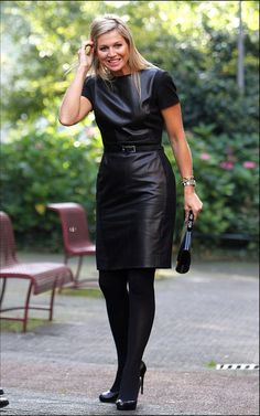 Maxima in leer. Queen of the Netherlands Leather dress Hollywood Fashion, Royal Fashion, Look Fashion, Womens Fashion, Dress Fashion, Black Leather Dresses, Leather Skirt, Shorts Longs, Leder Outfits