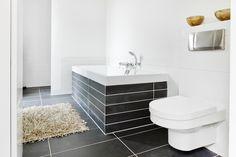 strakke stoere badkamer antraciet stuc bad van villeroy & boch (squaro)