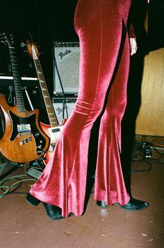 Rock n& roll style disco fashion for aesthetic. - Rock n& roll style disco fashion for aesthetic. Grunge Fashion, 70s Fashion, Look Fashion, Vintage Fashion, Vintage Outfits, Trendy Fashion, 1970s Disco Fashion, 70s Women Fashion, Seventies Fashion