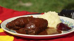 Brødrene Price laver benløse fugle i DR-programmet 'Spise med Price'. Opskrift på benløse fugle. Lækker og klassisk aftensmad. Oksekød og grøntsager.