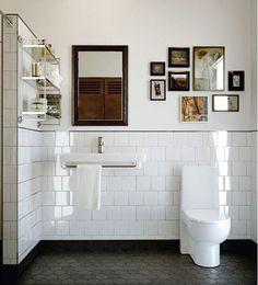 洗面所とトイレが一緒だと、少し広々とした水まわりに。お気に入りの絵を飾って、額縁のような鏡で統一感のとれた空間です。トイレと洗面に合わせた白いタイルもシンプルでかっこいいですね。