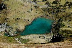 La boucle du Lac de Montarrouye     Randonnée sportive au cœur des massifs de l'Arbizon et du Campana, elle nous permet de découvrir le travail des pasteurs des hautes terres. Si sa première partie est débonnaire, ce n'est pas le cas de la suite qui ne s'adressera qu'à des montagnards au pied sur et à l'œil aguerri