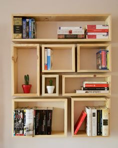Librería hecha con palets. Bookstore made with pallets Bookshelves, Bookcase, Woodworking, Cool, Bedroom Ideas, Home Decor, Wood Accents, Pallet Shelves, House Decorations