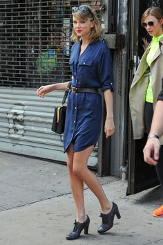 68 Reasons Why Taylor Swift Is a Street Style Pro - April 2014 from Swift was spotted with one of her BFFs (model Karlie Kloss) in a belted Michael Michael Kors indigo shirtdress, complete with her Dolce & Gabbana bag and black Oxford heels. Taylor Swift Moda, Taylor Swift Style, Taylor Alison Swift, Swift 3, Look Fashion, Fashion Outfits, Womens Fashion, Fashion Trends, Fashion Beauty