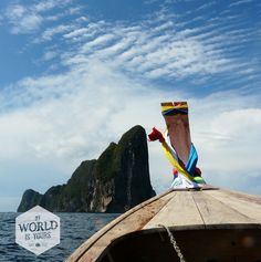 """...""""zodat het water turquoise wordt, de krijtstenen rotsen grijs, het zand wit, en de linten aan de lange boten alle kleuren van de regenboog."""" > volledige reisverhaal met tips op http://myworldisyours.nl/places/koh-phi-phi Foto: Koh Phi Phi Leh, Thailand"""