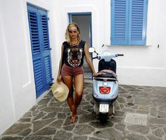Beyoncé's 14 Best Fashion Moments in Topshop: A Lesson in High-Low Styling – Vogue - Lovers + Friends top, Topshop shorts