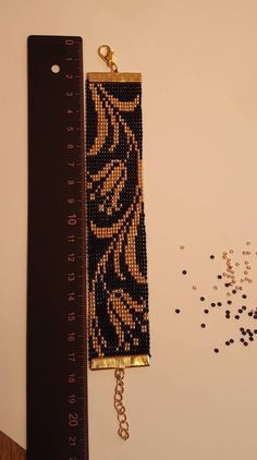 Black & gold bead loom bracelet with lilys Schwarz & Gold Perlen Webstuhl Armband mit Lilien This image has get. Loom Bracelet Patterns, Bead Loom Bracelets, Bead Loom Patterns, Beaded Jewelry Patterns, Beading Patterns, Macrame Bracelets, Chevron Friendship Bracelets, Black Gold Jewelry, Tear
