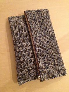 クラッチバッグ完成しました( ´ ▽ ` )ノあれから、スチームアイロンあてて、茶色の生地で中袋を作り、編み上がった本体を二つ折りにして左右の端を一段とばしでバック細編みし、中袋と本体の下になる方の角と角を裏でつなぎ、外表に返し