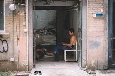 Ich durfte kürzlich nach langem mal wieder nach China. Peking um genau zu sein. Mit dieser Stadt verbinde ich Fakewaren, schlechte Luft, immer diesiges Wetter und Fußmassage. Oh mein Gott, ich könnte mich dort 24h am Tag auf die lustigen Polstersessel setzen und mir die Füße kneten lassen. Ich mach das nur nicht, weil es