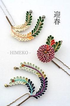 Very interesting and pretty look for these, eyecatching color scheme   つまみ細工/Kanzashi● silk art HIMEKO facebookpage https://ja-jp.facebook.com/himekosilkart ● http://www.a-yarn.com/