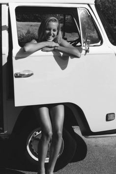 Image uploaded by Camila Alderete. Find images and videos about girl, hair and summer on We Heart It - the app to get lost in what you love. Vw Bus, Volkswagen Transporter, Volkswagen Minibus, Summer Of Love, Summer Days, Summer Vibes, Bus Girl, Vw Vintage, Foto Casual
