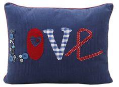Em veludo cotelê, uma almofada irreverente com aplicação da palavra LOVE em patchwork. Esta linda peça dará à sua decoração um ar jovial com elegância. Temos também outras almofadas do mesmo tema para fazer uma combinação descolada. http://orientavida.org.br/produto/2942/almofadalove+em+patchwork