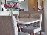 Sala de jantar, sala pequena, mesa de jantar pequena, tons neutros, espelho