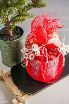 Dollar Tree Christmas gift basket idea for packaging hot chocolate bombs with marshmallows for homemade holiday food gifts for friends and family. This easy Dollar Tree gift wrapping idea is a wonderful way to package your hot chocolate bombs whether you're making a last minute Christmas gift or a seasonal winter gift. This hot cocoa bombs gift wrapping and packaging idea can also be easily adapted for a Valentine's Day gift basket. How to package hot chocolate bombs to give as homemade… Christmas Food Gifts, Last Minute Christmas Gifts, Dollar Tree Christmas, Christmas Gift Baskets, Handmade Christmas Gifts, Christmas Diy, Holiday, Easy Gifts, Homemade Gifts