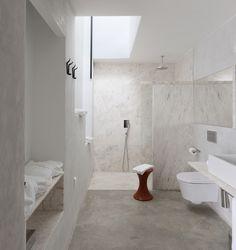 marble bathroom | Villa Extramuros | Vora Arquitectura