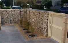Даже невысокий забор из габионов достаточно популярен и поможет защитить участок от незваных гостей.