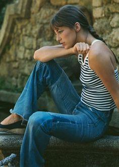 デニムにボーダーカットソーやTシャツを選ばず、女子的なキャミソールを選んだことで爽やかで健康的なキュートさを醸し出しています。  定番のボーダーTシャツならこんなキャミソール型、デニムパンツならデニムスカートにして、お決まりの定番シンプルコーデのボトム、トップスどちらかの定番をあえてはずしてみるのもまた新鮮。
