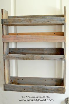 Ideas Pallet DIY Pallet Spice Rack - Build a super easy DIY Pallet Spice Rack. This spice rack is simple, fast, and helps you add more space and function to your kitchen. Spice Rack Plans, Pallet Spice Rack, Diy Spice Rack, Wood Spice Rack, Spice Rack With Pallets, Spice Storage, Pallet Furniture Shelves, Crate Furniture, Repurposed Furniture