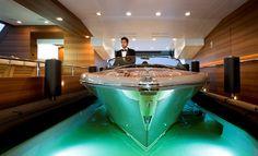 Una embarcación deportiva Riva Iseo, en el interior del garaje del yate J'Ade.