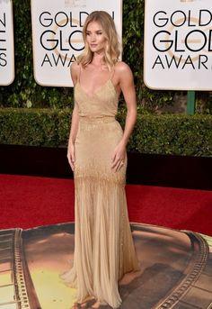 Globos de Oro 2016: Rosie Huntington-Whiteley La actriz, con vestido dorado y gasa.