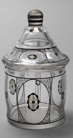 Steinschönau Deckeldose um 1920, klares Glas, plangeschliffener Stand, Bemalung in Scharzlot und anderen Emailfarben, Reste alter Vergoldung, am Rand eine kleine Fehlstelle H 14,5 cm.