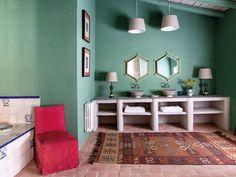 Una casa de campo chic en una antigua nave Diy Hacks, Design Your Home, House Design, Purple Sofa, Bathroom Renovations, Elle Decor, Bathroom Inspiration, Decoration, Living Area
