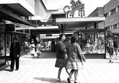 Zo gezellig was de Hoogstraat in de jaren vijftig en zestig. Window shoppen was toen nog erg populair. Vandaar de vitrines op straat. Nu moeten winkels juist zo toegankelijk mogelijk zijn, zodat mensen niet voor de etalage blijven staan.  Foto via Meindert Booij (Broekbakema)