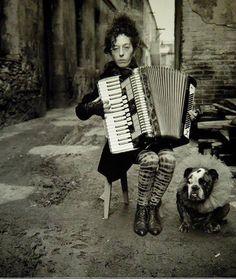 (Alberto García Alix) woman playing music in street Richard Avedon, Photography Awards, People Photography, Black White Photos, Black And White, White Picture, Picture Wall, Garcia Alix, Alberto Garcia