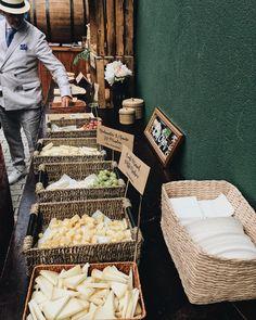 Sabemos que no son siquiera las diez pero nos ha entrado la gusa al ver esta foto del cocktail que diseñamos y montamos en julio para #loinazetaunai  Egunon!! A comerse el hamaiketako y el día!  Momenttu.com  . . . . #donostia #sansebastian #organizaciondeeventos #agenciaeventos #diseño #gipuzkoa #weddingday #weddingplanner #bodas2017 #foodbar #cheese #cheesebar #cocktail #bodasespaña #bodaseuskalherria #rustic #vscocam #foodporn #weddingdecor #eventplanner #eventstyling