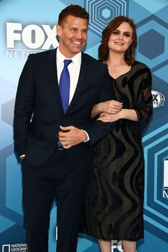 Emily Deschanel Photos - (L-R) Actors David Boreanaz and Emily Deschanel attend FOX 2016 Upfront Arrivals at Wollman Rink, Central Park on May 2016 in New York City. Bones Tv Series, Bones Tv Show, Booth And Bones, Booth And Brennan, Action Tv Shows, World Tv, Emily Deschanel, American Crime, Popular Shows