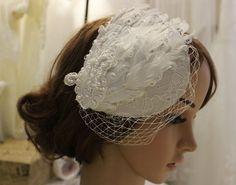 Bridal feather mini hat, lace Birdcage Veil, Ivory feather vintage style bridal clip hat, Bridal Fascinator on Etsy, €36.83