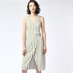 Объятия лето полосы с зеленый и белый платье. С длиной до колена, V-образным вырезом, пояса и облегающей талии.