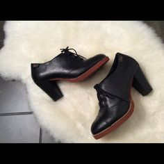 Bass leather Oxford heels These leather oxfords have a rounded cap toe, elastic gusset under the laces for comfort and a brick red contrast sole.. Heel height is 3.5 Bass Shoes