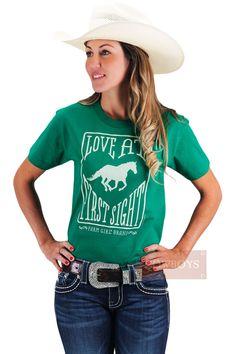 Blusinha Verde Love At First Sight   Blusinha feminina, manga curta, marca Farm Girl, tecido 100% algodão, cor verde e estampa na cor bege. Linda blusinha para cowgirls que gostam de estar sempre na moda country sendo na fazenda, treino, competições ou cidade. Fresca e leve, essa blusinha é ideal para ser usada em dias mais quentes.