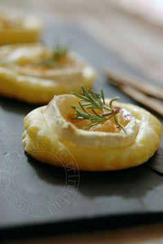 Tartelettes feuilletées au chèvre, au miel et au romarin, pour l apéritif