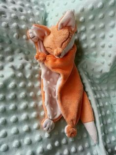 Cute way to do a squirrel lovey Sewing Toys, Sewing Crafts, Cow Baby Showers, Fox Toys, Sewing Stuffed Animals, Baby Sewing Projects, Fabric Toys, Baby Crafts, Handmade Toys