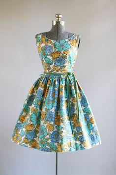 Deze jaren 1950/begin jaren 1960 wafelmotief katoenen jurk beschikt over een turquoise, blauw, oranje en leger groen bloemenprint bovenop een witte achtergrond. Mouwloos. Scoop nek. Gesmoord taille. Volledige geplooide rok. Bevat de oorspronkelijke taille banden in bijpassende kleuren. Metalen rits kant van de jurk. Zeer goede vintage staat. Houd er rekening mee: petticoat gedragen onder rok voor toegevoegd volheid. Dit stuk is schoongemaakt en is klaar om te dragen!  Label n/b Sto...