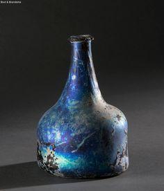 Kattekop of buikfles Nederlanden, ca 1700 Nederlandse bodemvondst. Veelkleurig geïriseerde fles. Hoogte 15,5 cm