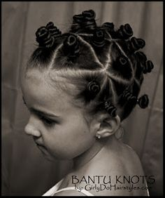 Bantu Knots video tutorial - for extra curly hair! Bantu Knots video tutorial - for extra curly hair! Bantu Knot Hairstyles, Heatless Hairstyles, Trendy Hairstyles, Heatless Curls, Curly Hair Styles, Natural Hair Styles, Bantu Knots, Little Girl Hairstyles, Hair Dos