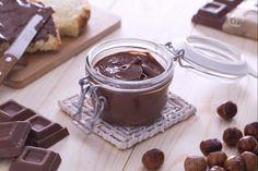 La crema spalmabile alla nocciola e cioccolato è una crema molto golosa ideale da spalmare su fette di pane per una merenda o una colazione gustosa.