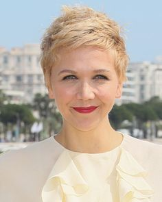 Pin for Later: Jessica Biel, Kate Bosworth and Katie Holmes Bring the Glamour Maggie Gyllenhaal Maggie surprised us all when she attended the Honourable Woman photocall in Cannes with blond hair! Platinum Blonde Pixie, Blonde Pixie Cuts, Bob Haircut With Bangs, Short Bob Haircuts, Cool Blonde, Blonde Hair, The Honourable Woman, Celebrity Hair Colors, Celebrity News
